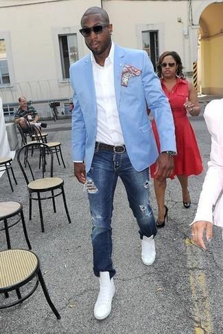 Как и с чем носить: голубой пиджак, белая рубашка с длинным рукавом, темно-синие рваные джинсы, белые кожаные высокие кеды