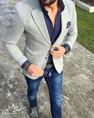 серый вязаный пиджак в сочетании с темно-синими джинсами — нескучный вариант для работы в офисе. И почему бы не добавить в повседневный образ немного шика с помощью серых кожаных монок с двумя ремешками?