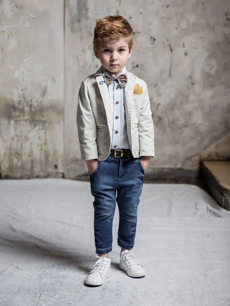 Как и с чем носить: серый пиджак, голубая рубашка с длинным рукавом, темно-синие джинсы, белые кеды