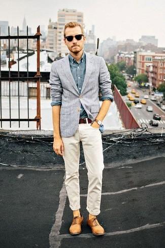 Как и с чем носить: серый пиджак в клетку, синяя рубашка с длинным рукавом из шамбре, белые джинсы, светло-коричневые кожаные оксфорды
