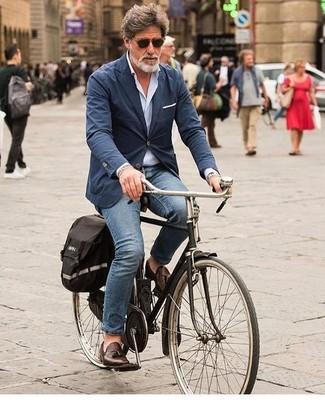 Как и с чем носить: темно-синий хлопковый пиджак, голубая рубашка с длинным рукавом, синие джинсы, темно-коричневые кожаные лоферы с кисточками