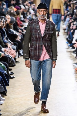 Модный лук: темно-красный шерстяной пиджак в клетку, розовая рубашка с длинным рукавом, синие джинсы, коричневые кожаные броги