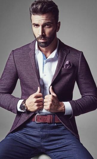 Сочетание фиолетового шерстяного пиджака и темно-синих джинсов поможет реализовать в твоем образе классический мужской стиль.