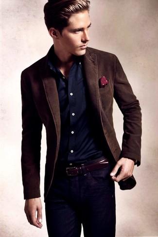 Модный лук: темно-коричневый пиджак, темно-синяя рубашка с длинным рукавом, темно-синие джинсы, темно-красный нагрудный платок в горошек