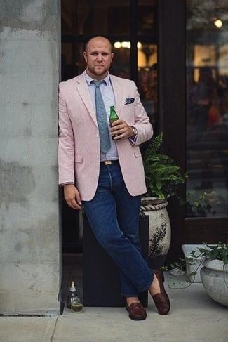 Как и с чем носить: розовый пиджак, голубая рубашка с длинным рукавом, темно-синие джинсы, темно-коричневые кожаные лоферы