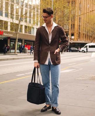 Как и с чем носить: темно-коричневый шерстяной пиджак, белая рубашка с длинным рукавом, голубые джинсы, темно-коричневые кожаные лоферы