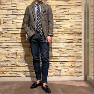 Модный лук: коричневый пиджак в клетку, голубая рубашка с длинным рукавом из шамбре, темно-синие джинсы, черные кожаные лоферы с кисточками