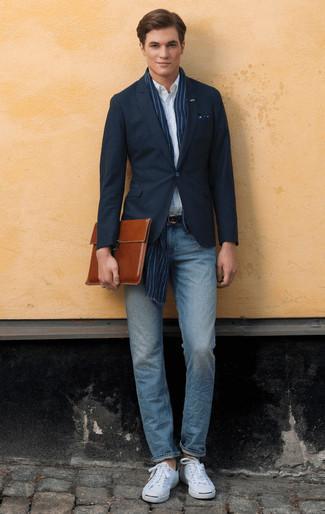Мода для 20-летних мужчин: Создав лук из темно-синего пиджака и голубых джинсов, получим прекрасный мужской лук для неофициальных мероприятий после работы. В паре с белыми низкими кедами из плотной ткани весь лук выглядит очень живо.