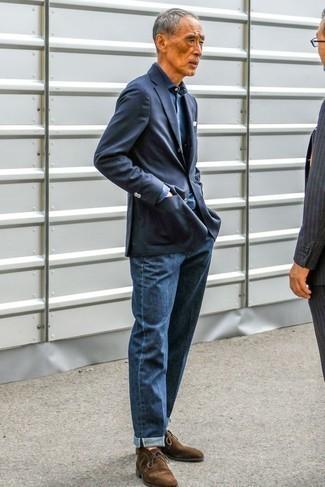 Как одеваться мужчине за 60: Если не представляешь, что надеть на учебу или на работу, темно-синий пиджак и темно-синие джинсы — отличный лук. В сочетании с этим луком наиболее гармонично будут выглядеть темно-коричневые замшевые ботинки дезерты.