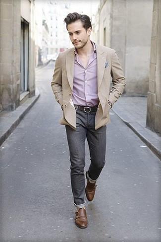 Розовая рубашка с длинным рукавом: с чем носить и как сочетать мужчине: Составив ансамбль из розовой рубашки с длинным рукавом и темно-серых джинсов, можно спокойно идти на свидание с девушкой или вечер с приятелями в непринужденной обстановке. Хотел бы добавить в этот образ толику строгости? Тогда в качестве обуви к этому луку, обрати внимание на коричневые кожаные монки с двумя ремешками.