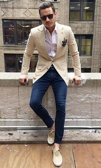 Черно-белый нагрудный платок в горошек: с чем носить и как сочетать: Если ты наметил себе насыщенный день, сочетание бежевого пиджака и черно-белого нагрудного платка в горошек поможет создать практичный лук в повседневном стиле. Хотел бы привнести в этот лук толику элегантности? Тогда в качестве обуви к этому ансамблю, стоит выбрать бежевые низкие кеды из плотной ткани.