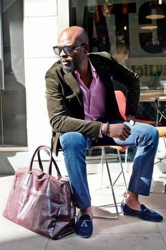Розовая рубашка с длинным рукавом: с чем носить и как сочетать мужчине: Розовая рубашка с длинным рукавом и синие джинсы — хороший лук, если ты ищешь раскованный, но в то же время стильный мужской лук. Любители модных экспериментов могут дополнить ансамбль темно-синими бархатными лоферами с кисточками, тем самым добавив в него немного строгости.