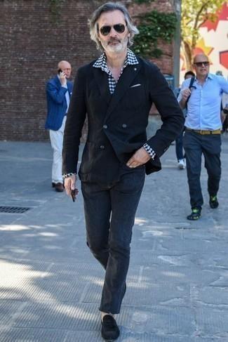 Черный пиджак: с чем носить и как сочетать мужчине: Если ты принадлежишь к той немногочисленной категории мужчин, способных ориентироваться в модных тенденциях, тебе подойдет тандем черного пиджака и темно-серых джинсов. Хотел бы сделать образ немного строже? Тогда в качестве дополнения к этому ансамблю, выбирай черные замшевые лоферы с кисточками.