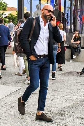Черный пиджак: с чем носить и как сочетать мужчине: Черный пиджак в сочетании с темно-синими джинсами — незаезженный выбор для офиса. Теперь почему бы не добавить в этот лук на каждый день чуточку изысканности с помощью темно-коричневых замшевых туфель дерби?