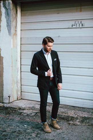 Ремень: с чем носить и как сочетать мужчине: Сочетание черного пиджака и ремень - очень практично, и поэтому идеально для создания повседневного  лука. Почему бы не добавить в этот ансамбль на каждый день толику изысканности с помощью бежевых замшевых ботинок дезертов?