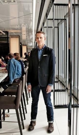 Рубашка: с чем носить и как сочетать мужчине: Сочетание рубашки и темно-синих джинсов не прекращает импонировать джентльменам, которые всегда одеты модно. Теперь почему бы не привнести в повседневный ансамбль толику изысканности с помощью темно-коричневых кожаных повседневных ботинок?