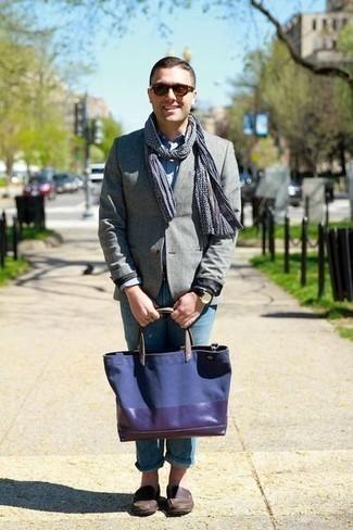 Темно-коричневые кожаные лоферы: с чем носить и как сочетать мужчине: Если ты приписываешь себя к той редкой группе мужчин, неплохо ориентирующихся в модных тенденциях, тебе придется по душе тандем серого пиджака и голубых джинсов. Любители модных экспериментов могут закончить ансамбль темно-коричневыми кожаными лоферами, тем самым добавив в него чуточку изысканности.