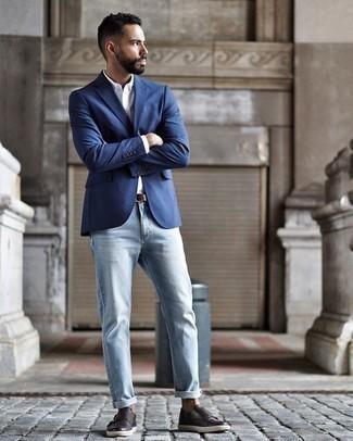 Темно-коричневые кожаные монки с двумя ремешками: с чем носить и как сочетать: Составив образ из синего пиджака и голубых джинсов, получим отличный мужской образ для полуформальных встреч после работы. Не прочь сделать лук немного элегантнее? Тогда в качестве обуви к этому луку, выбери темно-коричневые кожаные монки с двумя ремешками.