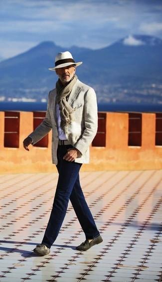 Как и с чем носить: бежевый хлопковый пиджак, белая рубашка с длинным рукавом, темно-синие джинсы, темно-серые замшевые лоферы с кисточками