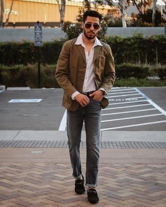 Мужские луки: Коричневый хлопковый пиджак и темно-серые джинсы — великолепный мужской образ для встречи в дорогом ресторане. Хочешь сделать ансамбль немного строже? Тогда в качестве обуви к этому луку, выбери черные замшевые лоферы.
