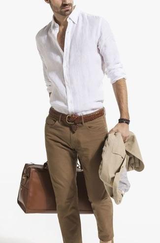 Как и с чем носить: бежевый хлопковый пиджак, белая льняная рубашка с длинным рукавом, коричневые зауженные джинсы, коричневая кожаная дорожная сумка