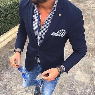 Модный лук: темно-синий шерстяной пиджак, бело-темно-синяя рубашка с длинным рукавом в мелкую клетку, синие зауженные джинсы, черные кожаные монки с двумя ремешками