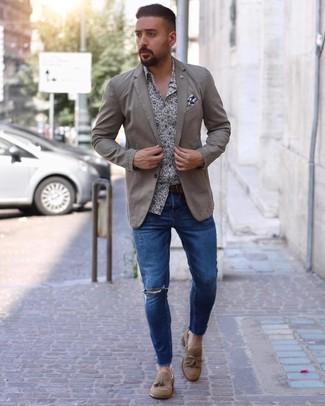 Как и с чем носить: бежевый пиджак, бело-темно-синяя рубашка с длинным рукавом с цветочным принтом, синие рваные зауженные джинсы, светло-коричневые замшевые лоферы с кисточками
