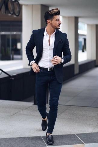 Мода для 20-летних мужчин: Несмотря на свою легкость, дуэт темно-синего пиджака и темно-синих зауженных джинсов неизменно нравится стильным мужчинам, покоряя при этом сердца прекрасных дам. Такой ансамбль легко обретает новое прочтение в сочетании с черными кожаными лоферами.