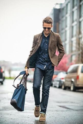 Современным мужчинам, которые предпочитают держать руку на пульсе последних тенденций, рекомендуем обратить внимание на это сочетание коричневого шерстяного пиджака и темно-синих зауженных джинсов. Не прочь привнести в этот наряд немного изысканности? Тогда в качестве обуви к этому образу, выбирай коричневые замшевые туфли дерби.