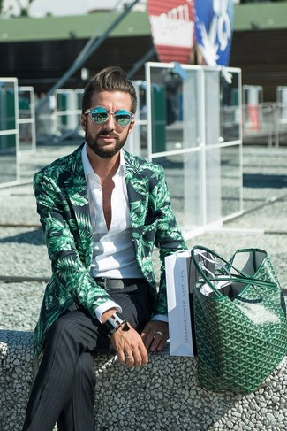 Как и с чем носить: зеленый пиджак с принтом, белая рубашка с длинным рукавом, черные классические брюки в вертикальную полоску, зеленая кожаная большая сумка
