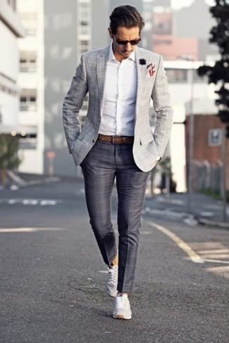 Как и с чем носить: серый пиджак в шотландскую клетку, белая рубашка с длинным рукавом, темно-серые классические брюки в шотландскую клетку, серые низкие кеды