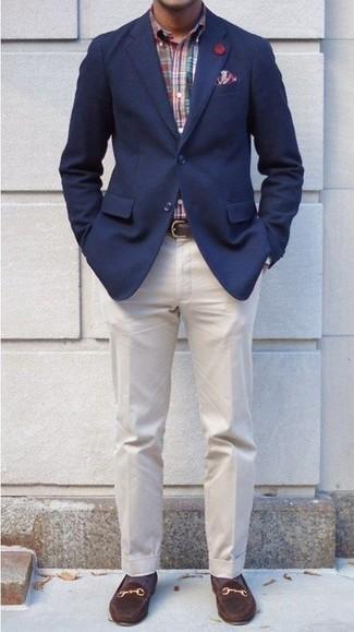 Как и с чем носить: темно-синий пиджак, разноцветная рубашка с длинным рукавом в шотландскую клетку, бежевые классические брюки, темно-коричневые замшевые лоферы