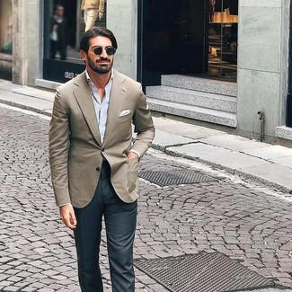 Как и с чем носить: бежевый пиджак, голубая рубашка с длинным рукавом в вертикальную полоску, темно-серые классические брюки, белый нагрудный платок