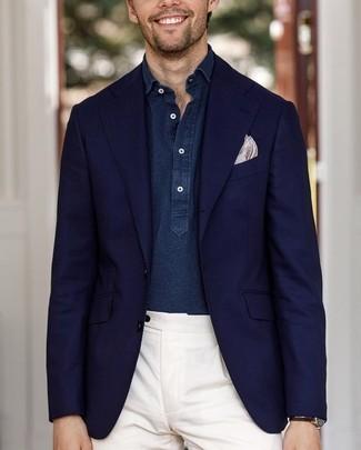 Как и с чем носить: темно-синий пиджак, темно-синяя рубашка с длинным рукавом из шамбре, белые классические брюки, бежевый нагрудный платок с принтом
