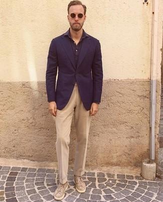 Как и с чем носить: темно-синий пиджак, темно-синяя рубашка с длинным рукавом, светло-коричневые классические брюки, бежевые замшевые низкие кеды