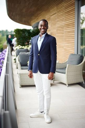 Как и с чем носить: темно-синий пиджак, голубая рубашка с длинным рукавом, белые классические брюки в вертикальную полоску, белые кожаные низкие кеды