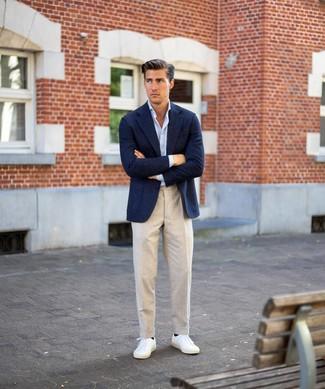 Как и с чем носить: темно-синий шерстяной пиджак, голубая рубашка с длинным рукавом, бежевые льняные классические брюки, белые низкие кеды