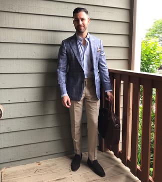 Как и с чем носить: синий пиджак в шотландскую клетку, голубая рубашка с длинным рукавом, светло-коричневые классические брюки, темно-коричневые замшевые лоферы