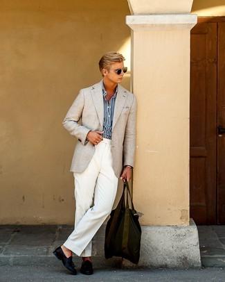 Как и с чем носить: бежевый пиджак, темно-сине-белая рубашка с длинным рукавом в вертикальную полоску, белые классические брюки, темно-синие кожаные лоферы с кисточками
