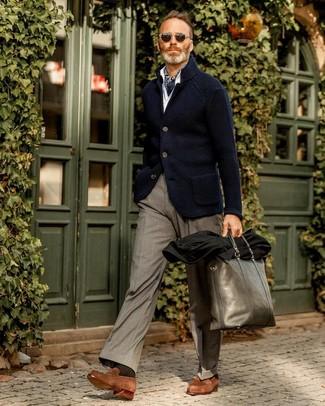 Как и с чем носить: темно-синий вязаный пиджак, белая рубашка с длинным рукавом, серые классические брюки, коричневые замшевые лоферы