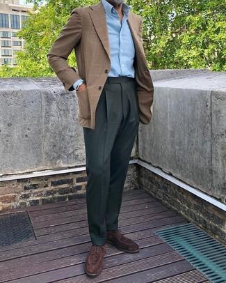 Как и с чем носить: коричневый пиджак в шотландскую клетку, голубая рубашка с длинным рукавом, темно-зеленые классические брюки, темно-коричневые замшевые туфли дерби