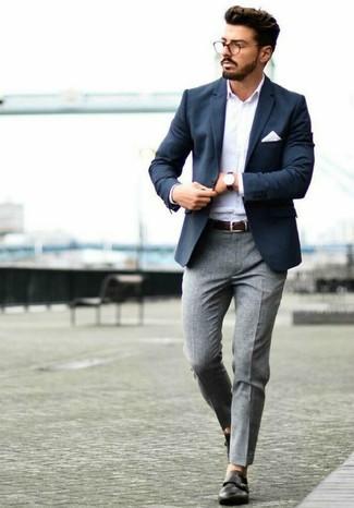 Как и с чем носить: темно-синий пиджак, белая рубашка с длинным рукавом, серые шерстяные классические брюки, черные кожаные монки с двумя ремешками