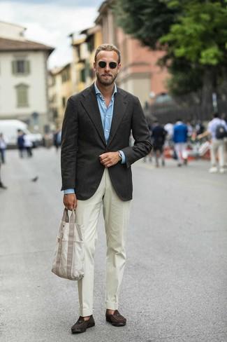 Бежевые классические брюки: с чем носить и как сочетать мужчине: Несмотря на то, что этот лук кажется достаточно консервативным, тандем темно-коричневого пиджака и бежевых классических брюк неизменно нравится стильным мужчинам, пленяя при этом сердца прекрасных дам. Темно-коричневые замшевые лоферы с кисточками становятся классным завершением твоего лука.