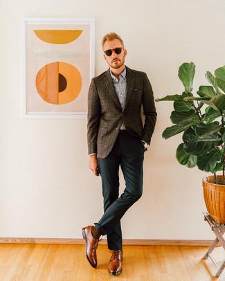 Темно-коричневый пиджак в шотландскую клетку: с чем носить и как сочетать мужчине: Темно-коричневый пиджак в шотландскую клетку в паре с темно-зелеными классическими брюками поможет создать стильный и в то же время изысканный ансамбль. Очень уместно здесь смотрятся коричневые кожаные туфли дерби.