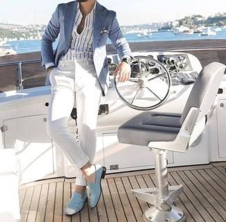 Белые классические брюки: с чем носить и как сочетать мужчине: Голубой пиджак и белые классические брюки — это один из тех мужских образов, от которого у дамского пола просто перехватывает дыхание. В тандеме с этим луком наиболее уместно будут выглядеть голубые замшевые лоферы.