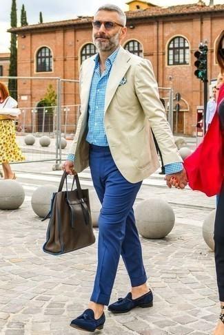 С чем носить бежевый пиджак мужчине: Бежевый пиджак и синие классические брюки — хороший вариант для светского мероприятия. Переходя к обуви, можно закончить лук темно-синими замшевыми лоферами с кисточками.