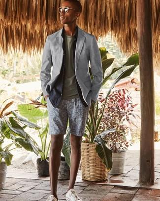 Как и с чем носить: серый пиджак, темно-синяя льняная рубашка с длинным рукавом, оливковая футболка с круглым вырезом, серые шорты с принтом