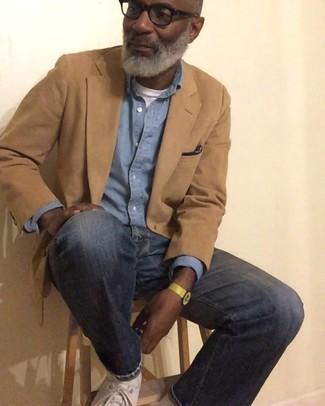 Как и с чем носить: светло-коричневый пиджак, голубая рубашка с длинным рукавом из шамбре, белая футболка с круглым вырезом, темно-синие джинсы
