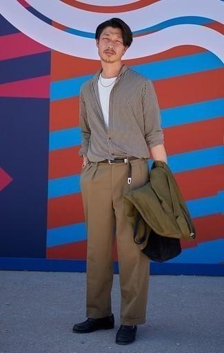 Светло-коричневые классические брюки: с чем носить и как сочетать мужчине: Сочетание оливкового пиджака и светло-коричневых классических брюк — великолепный пример строгого делового стиля. Что же до обуви, можно завершить лук черными кожаными лоферами.