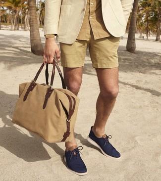 Как и с чем носить: бежевый пиджак, светло-коричневая рубашка с длинным рукавом, светло-коричневые шорты, темно-синие оксфорды из плотной ткани